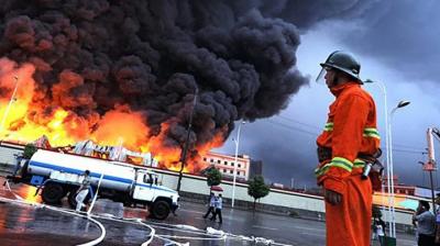Стіна вогню: бензовоз у Китаї вибухнув посеред траси, є загиблі – відео