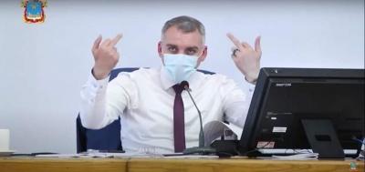 Показав середній палець: мер Миколаєва шокував поведінкою під час суперечки з депутатами - відео