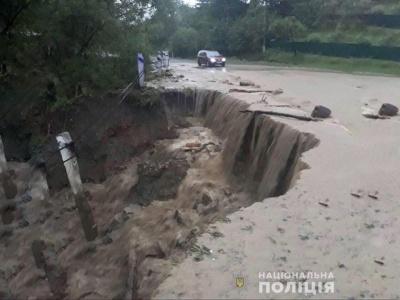 Проїзду немає: На Путильщині вода змила частину дороги