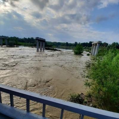 Негода на Буковині: річка Прут затопила міст у Маршинцях
