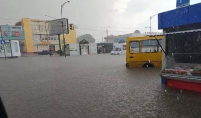 Сильна злива затопила Кам'янець-Подільський: автівки «пливуть» вулицями міста – відео