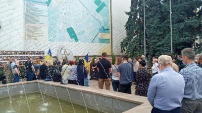 «Ми повинні пам'ятати їх»: у центрі Чернівців вшанували пам'ять восьми буковинців, які 6 років тому загинули в АТО