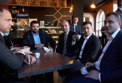 Недоторканий: суд оштрафував усіх високопосадовців, які пили каву в кав'ярні Хмельницького, окрім Зеленського
