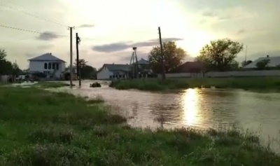 Прорив дамби у Банилові: вода затоплює подвір'я і будинки буковинців - відео
