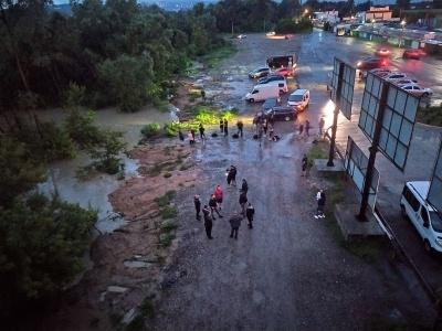 Затоплені вулиці та натовп біля Калинівського ринку: що зараз відбувається в Чернівцях - фото, відео
