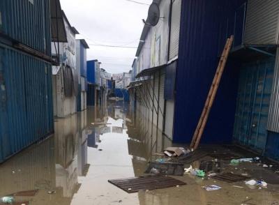 «Не час для торгівлі»: через паводок на Калинівському ринку сьогодні оголосили вихідний