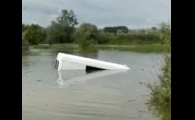 У о  'объездной Черновцов «Спринтер» заехал в воду и утонул - видео