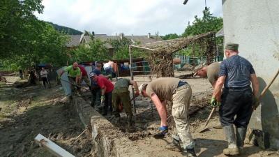 Велика толока: сотня буковинців допомагає розчищати село після паводку - фото