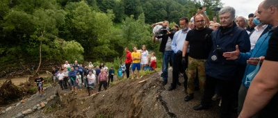 Порошенко закликає владу негайно перекинути будівельну техніку на Прикарпаття та відновити зруйноване стихією житло