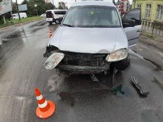 У Чернівцях зіткнулися автівки, поїхавши на жовте світло світлофора