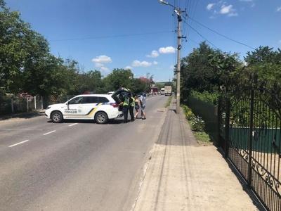 «Нам тут жити»: у Хотині жителі перекрили трасу через новий районний поділ Буковини – фото