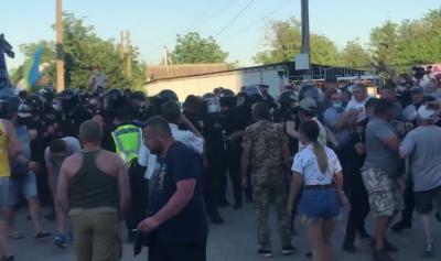 Поліція відтіснила учасників перекриття траси у Хотині: на акції почалась бійка