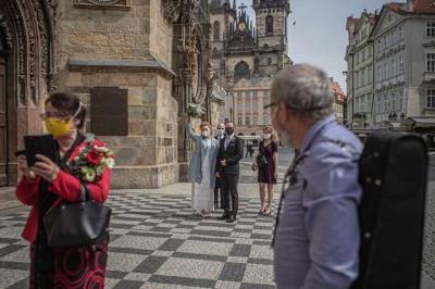 Чехія пом'якшила карантин: дозволено ходити без масок