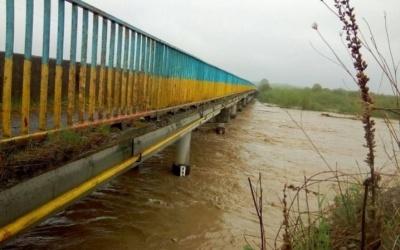 Знову зливи: на Буковині очікується підняття рівня води у річках Прут та Сірет