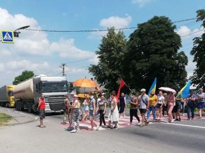 Протестувальники третій день блокують трасу на Хотинщині
