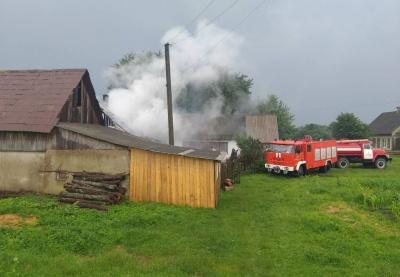 На Буковині від удару блискавки загорівся будинок і гараж