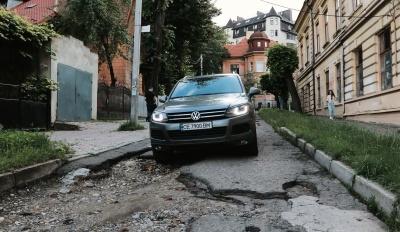 Із шинами - до міськради: в Чернівцях анонсували акцію через розбиті дороги