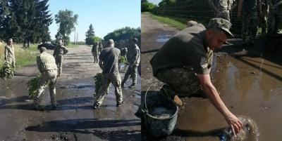 Військові вигрібали воду з калюж перед приїздом Зеленського до Луцька - відео