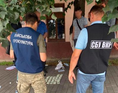 У Чернівцях на хабарі затримали працівника військкомату: допомагав за $2700 «відкосити» від призову