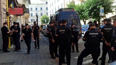 У центрі Чернівців шеренгами стоять поліцейські: правоохоронці готуються до пікету