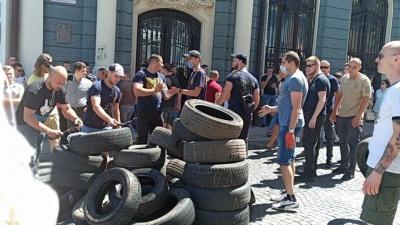 """У центрі Чернівці проводять акцію """"Я вимагаю доріг"""" - фото"""