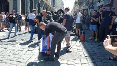 """Пікет у Чернівцях: активісти влаштували """"похорон"""" шинам – фото"""