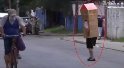 """Пенсіонерка з Куби створила для себе """"захисний костюм"""" від коронавірусу"""