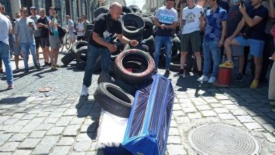 «Замінування» і мем з труною: як у Чернівцях активісти вимагали ремонту доріг