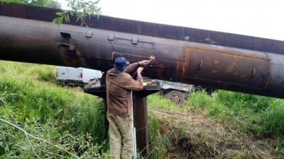 Аварія на водогоні: робітники ліквідовують витік на трубі водогону «Дністер-Чернівці»