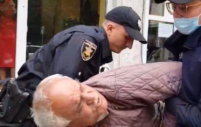 «Хочете людину до інфаркту довести»: у Чернівцях виникла сутичка між поліцейськими та пенсіонером