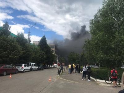 """Масштабна пожежа у Чернівцях: вогонь на """"Розмі"""" розгорається — наживо"""