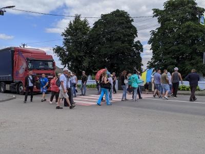 На Буковині мешканці Хотинщини 13-й день перекривають дорогу і чекають рішення Верховної ради