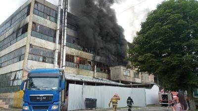Масштабна пожежа у Чернівцях: вогонь майже загасили - фото