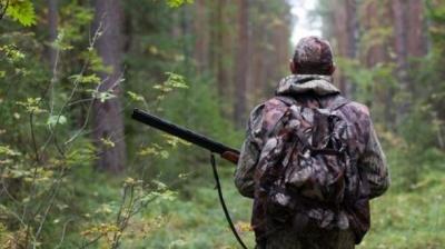На Буковині лісівники виявили двох браконьєрів, у порушників відібрали зброю