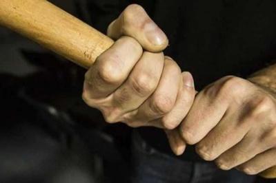 Бив палицею: на Буковині чоловік серйозно травмував знайомого