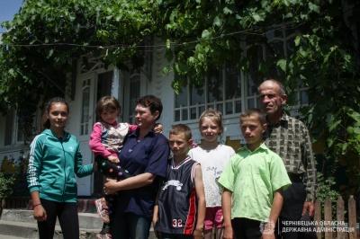 Родина, яка залишилась без житла через повінь, купила новий будинок