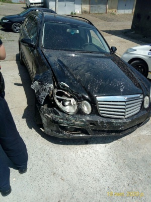 У Чернівцях Mercedes розтрощив аптеку, водій втік з місця ДТП