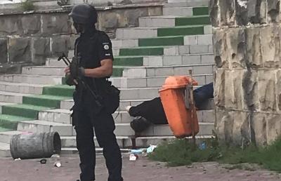 У Чернівцях посеред вулиці застрелили людину – фото