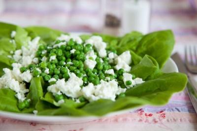 Швидкий літній салат із зеленим горошком і фетою