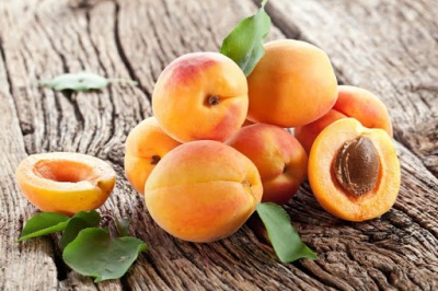 Абрикоси знижують тиск, персики зміцнюють судини: 10 користей від сезонних фруктів