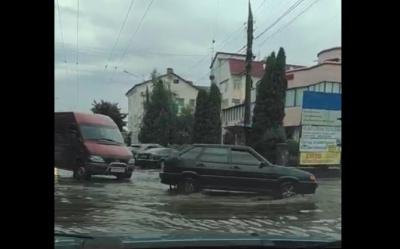 Чернівці «попливли»: злива затопила вулиці міста - відео