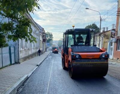 У Чернівцях почали асфальтувати вулицю Руську