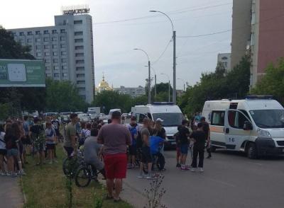 ДТП у Чернівцях: що відомо про стан дівчат, яких збило авто