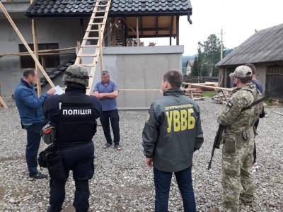 Знайшли цигарки: на Буковині правоохоронці провели обшуки 20-ти помешкань