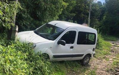 Таксист випав з авто: у Чернівцях поліція затримала п'яного водія, який врізався в опору – фото