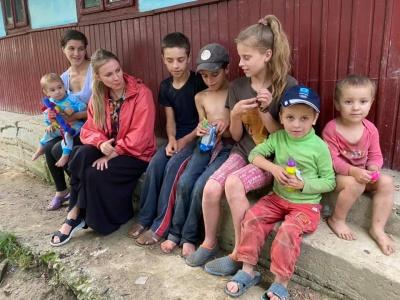 «Діти завжди босі, голодні і працюють, як воли»: в лісі на Буковині знайшли злиденну багатодітну сім'ю