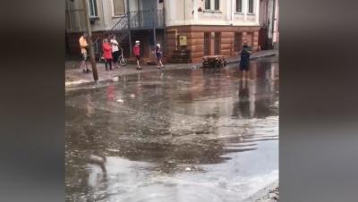 Новенький асфальт потонув: вулиця Руська перетворилась на річку після невеликого дощу - відео