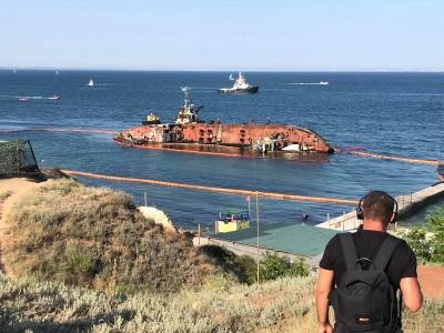 В Одесі почали піднімати затонулий танкер Delfi - фото
