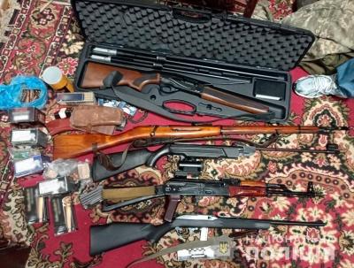 Виготовляв і переробляв зброю: поліція вилучила в чернівчанина тисячі боєприпасів, ножі та рушниці