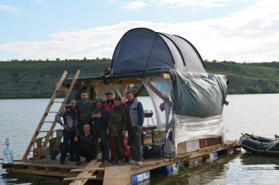 Мандрівники з Буковини 5 днів плавали Дністром на саморобному плоту: на ньому спали і готували